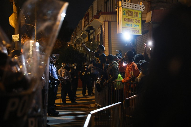 美國賓州費城警方26日射殺一名據稱持刀的非裔男子後,費城連續兩晚爆發街頭示威。(法新社)