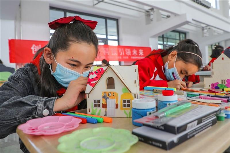 中國30日新增2武漢肺炎確診病例33例,其中境外移入27例,本土6例都來自新疆。圖為新疆學童24日參加活動時搭建模型。(中新社)