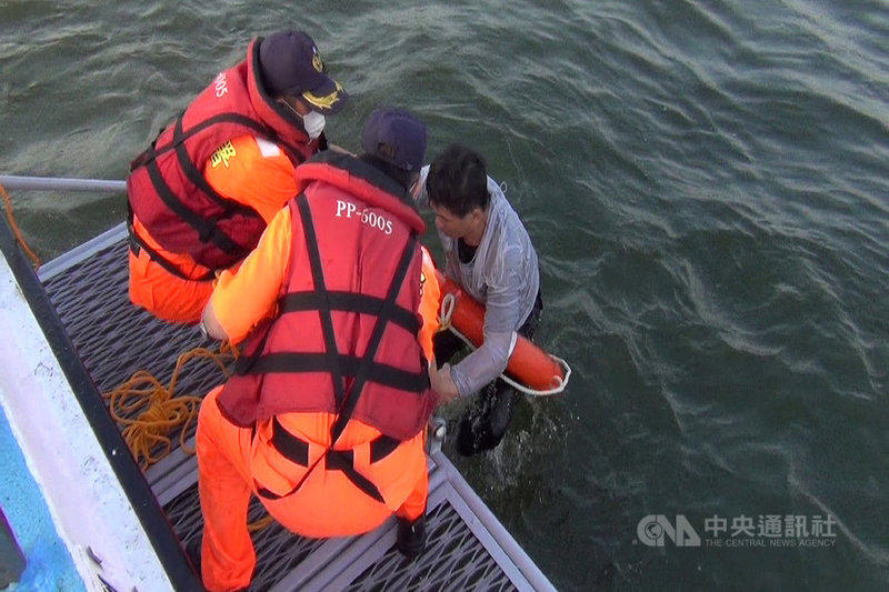 台南市3名男子29日上午到安平商港南防波堤釣魚時,遭突然自外海湧上的海浪打落海中,海巡隊接獲通報後及時趕到將人救起。(第四海巡隊提供)中央社記者楊思瑞台南傳真  109年10月29日