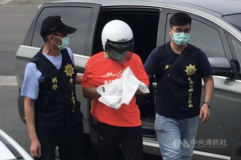 法務部明德外役監受刑人連三榮(中)8月間於監外作業時趁隙脫逃,在逃亡2個多月後,連三榮29日向警方投案,被帶回台南新化警分局接受偵訊。中央社記者楊思瑞攝 109年10月29日