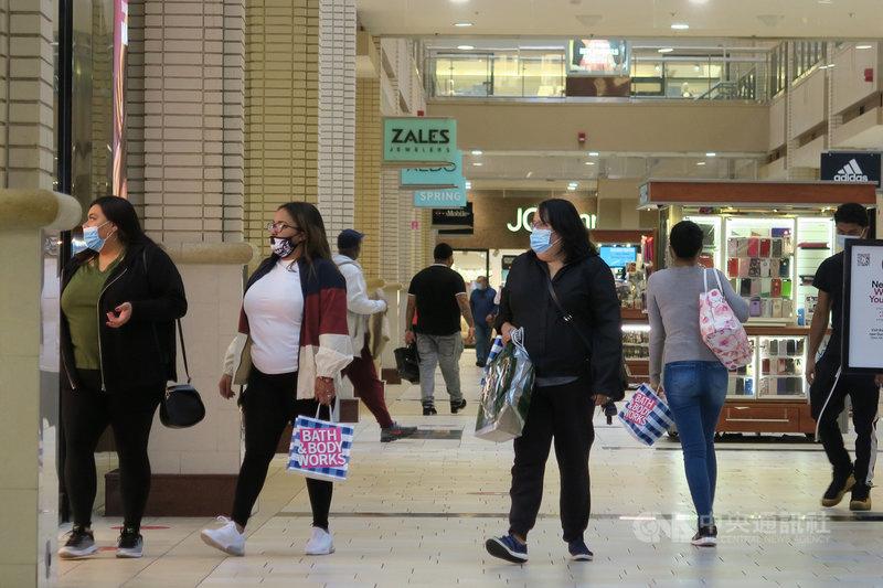 美國第3季經濟成長7.4%、折合年率33.1%,刷新紀錄,民間消費激增帶動經濟走出春季疫情嚴重時期低谷。圖為新澤西州新港中心商場景象。中央社記者尹俊傑新澤西攝 109年10月29日