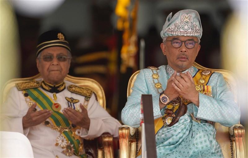馬來西亞政局充滿動蕩,兩次政爭都是由國家元首阿布都拉(右)以一紙諭令平定。圖為阿布都拉2019年1月31日和時任首相馬哈地(左)出席歡迎儀式。(美聯社)