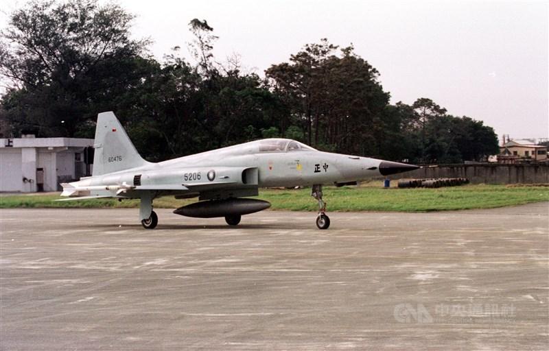 空軍第七聯隊一架F-5E戰機29日上午在台東執行任務,起飛不到2分鐘不明原因墜落志航基地北面海域,飛行員朱冠甍上尉傷重送醫,上午9時27分宣告不治。圖為F-5E同機型戰鬥機。(中央社檔案照片)