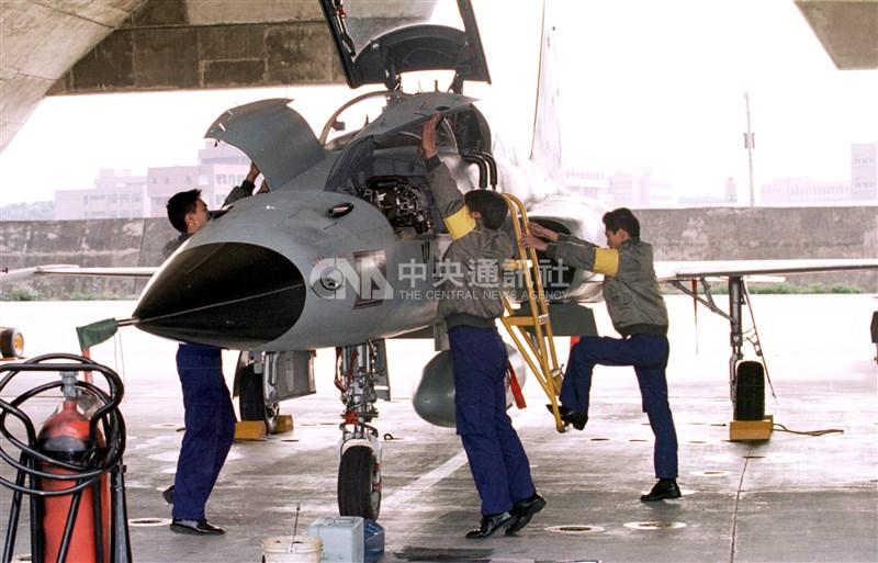 F-5系列戰機在台灣服役超過40年,是中華民國第一種自行組裝生產的噴射戰鬥機。圖為1996年春節期間空軍部隊仍全天候隨時出動F-5E戰機巡防。(中央社檔案照片)