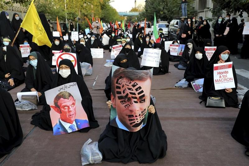 法國總統馬克宏捍衛諷刺漫畫以宗教為題材的表達自由,引發伊斯蘭世界憤慨,數百名伊朗群眾28日在法國駐伊朗德黑蘭大使館周邊示威。(美聯社)