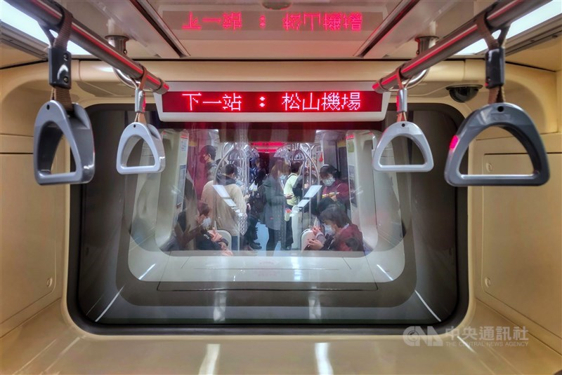彭博報導,台灣已200天沒有武漢肺炎本土病例紀錄,這項截然不同的成就令全世界羨慕不已。圖為民眾搭捷運戴口罩防疫。(中央社檔案照片)