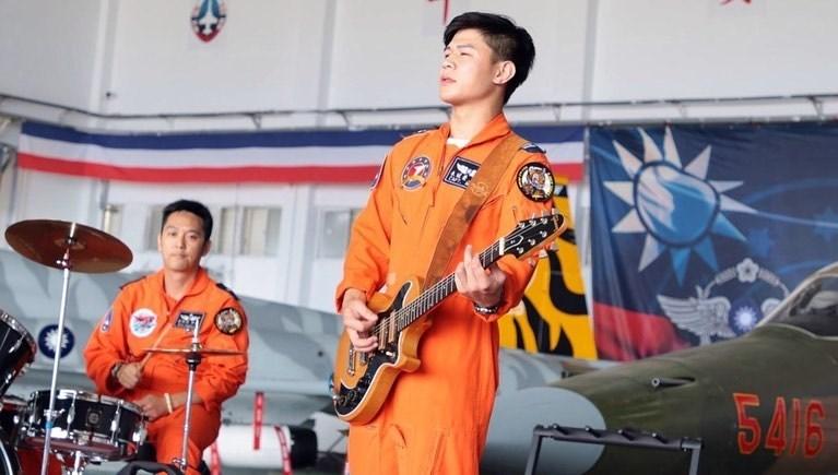 朱冠甍(前)個性開朗,勤餘還任軍方樂團「虎團」吉他手,演奏技巧精湛,戰備任務之餘隨著軍方到全台灣各地公益演出。(圖取自instagram.com/mark30678)