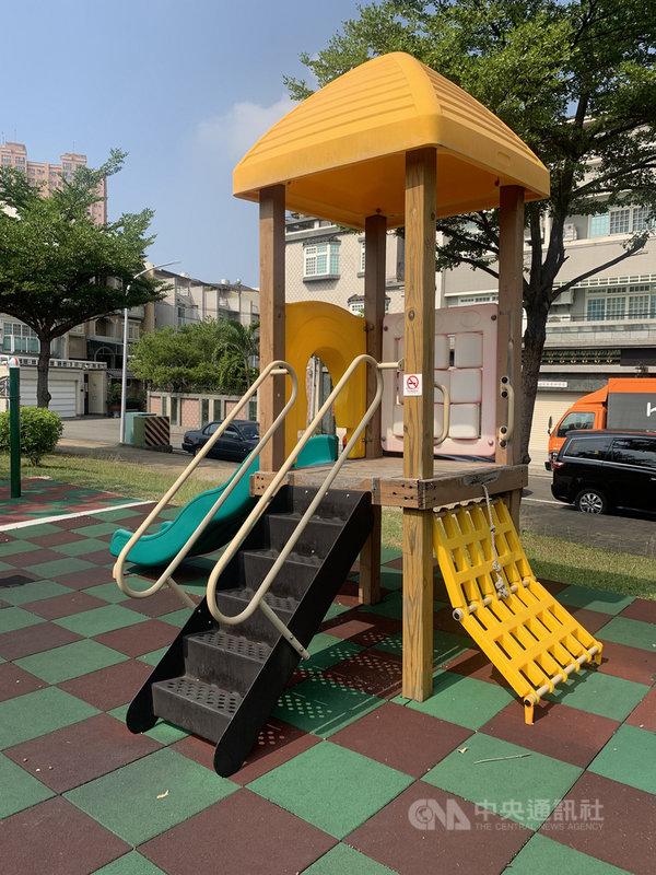 民進黨高雄市議員高閔琳29日在議會質詢時,揭露高雄市445座公園兒童遊戲場僅有2%合格率,促市府依據「兒童遊戲場設施安全管理規範」進行安全檢驗,讓兒童遊戲場務必符合安全標準,維護孩子們安全。(高雄市議員高閔琳提供)中央社記者王淑芬傳真 109年10月29日
