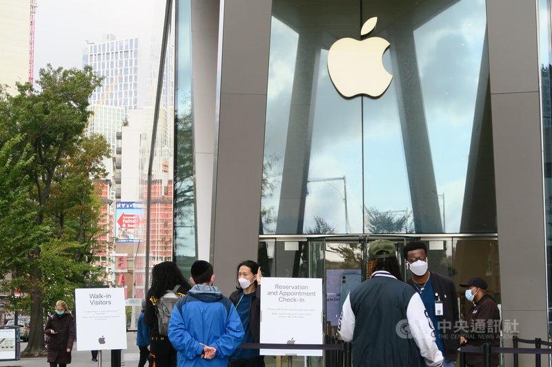 蘋果公司29日公布財報,上季營收與獲利優於市場預期,但iPhone事業營收銳減20%,蘋果盤後股價跌逾5%。圖為紐約布魯克林城區蘋果直營店19日景象。中央社記者尹俊傑紐約攝 109年10月30日