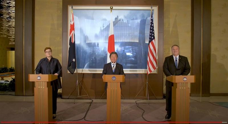 澳洲外交部長潘恩(左1)28日發布書面聲明,指澳、日、美三國將合作斥資3000萬美元(約新台幣8億5150萬元)鋪設帛琉海底光纖纜線。(圖取自澳洲外交部YouTube頻道網頁youtube.com)