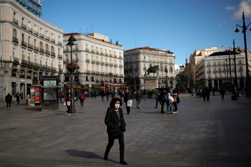 西班牙單日新增超過2萬3500病例創新高,國會29日通過延長全國緊急狀態6個月。圖為26日馬德里街頭戴口罩出門民眾。(安納杜魯新聞社)