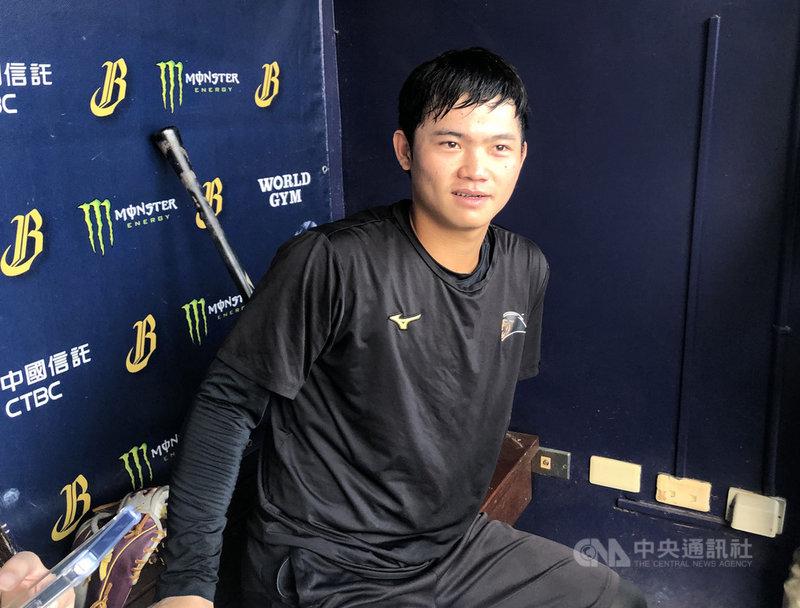 中職7戰4勝制總冠軍賽31日將在台中洲際球場開打,統一獅隊首度打總冠軍賽的20歲小將林靖凱打第9棒、守二壘。中央社記者謝靜雯攝 109年10月31日