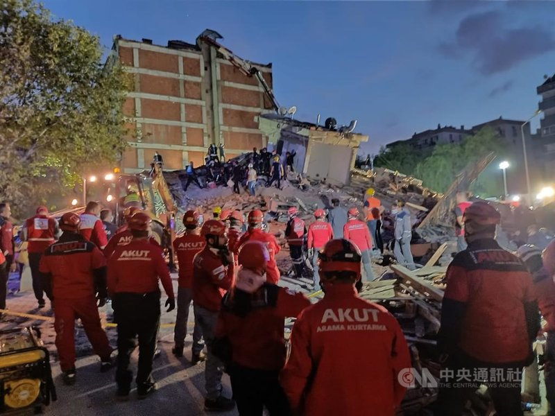 愛琴海地區30日發生規模7.0強震後,伊斯坦堡志工團體「搜救協會」(AKUT)在伊茲米爾省政府協調中心倒塌建物執行任務。(AKUT提供)中央社記者何宏儒安卡拉傳真 109年10月31日