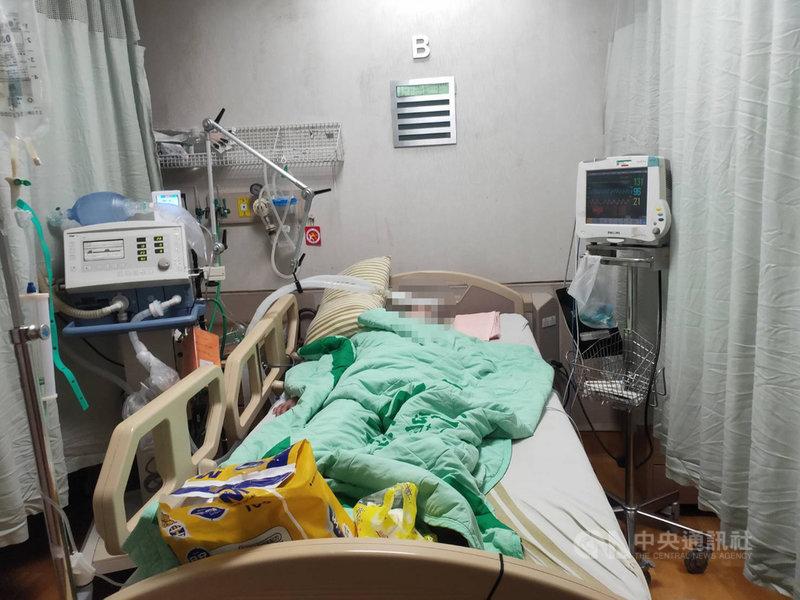 基隆一名50多歲李姓女子15日接種流感疫苗,9天後突然四肢發麻,之後病情急轉直下,插管住進基隆長庚醫院治療。(李女兒子提供)中央社記者王朝鈺傳真 109年10月31日