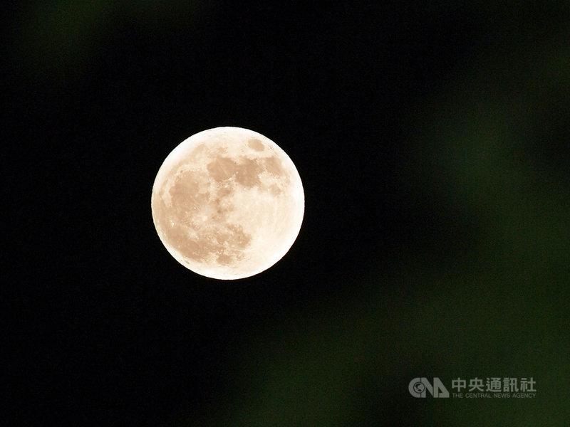 台北市立天文科學教育館表示,10月2日已是滿月,而31日晚間出現的是10月的第2次滿月,在歐美通俗文化中把這種滿月被稱作「藍月」,並非特別天文現象,僅是曆法上的巧合,月亮也不會變成藍色。中央社記者施宗暉攝 109年10月31日