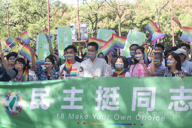 2020第18屆台灣同志遊行31日下午在台北市政府前廣場登場,民進黨副秘書長林飛帆(前中)率黨籍立委、議員及黨公職人員組隊參加,也號召還沒參加過同志遊行的「首遊族」年輕朋友參與。中央社記者裴禛攝 109年10月31日