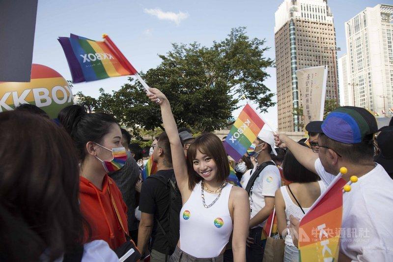 歌手陳芳語(中)31日以輕便造型現身參與一年一度的台灣同志遊行,她在胸前貼上彩虹貼紙,高舉彩虹旗與民眾同歡。(愛之日常音樂節提供)中央社記者王心妤傳真 109年10月31日