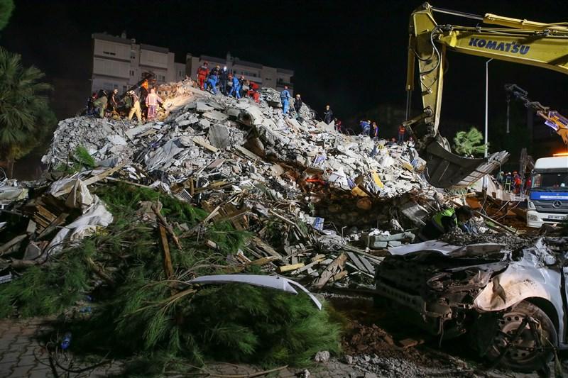 愛琴海地區30日發生規模7.0強震,土耳其、希臘共30人罹難、逾900人受傷。圖為災後救援工作。(安納杜魯新聞社)