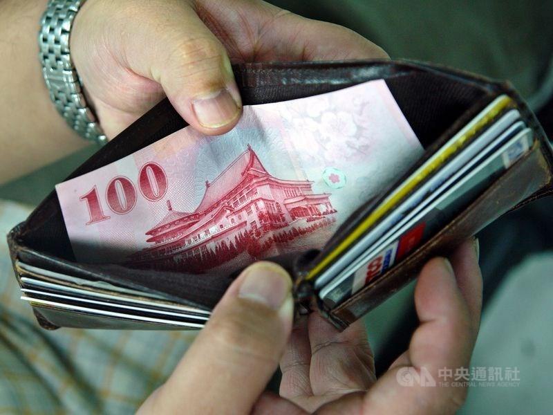 衛福部近日公告民國110年全台各縣市最低生活費,以台北市基本生活費1萬7668元最高,月收入低於2萬5241元者恐淪中低收入戶。(示意圖/中央社檔案照片)