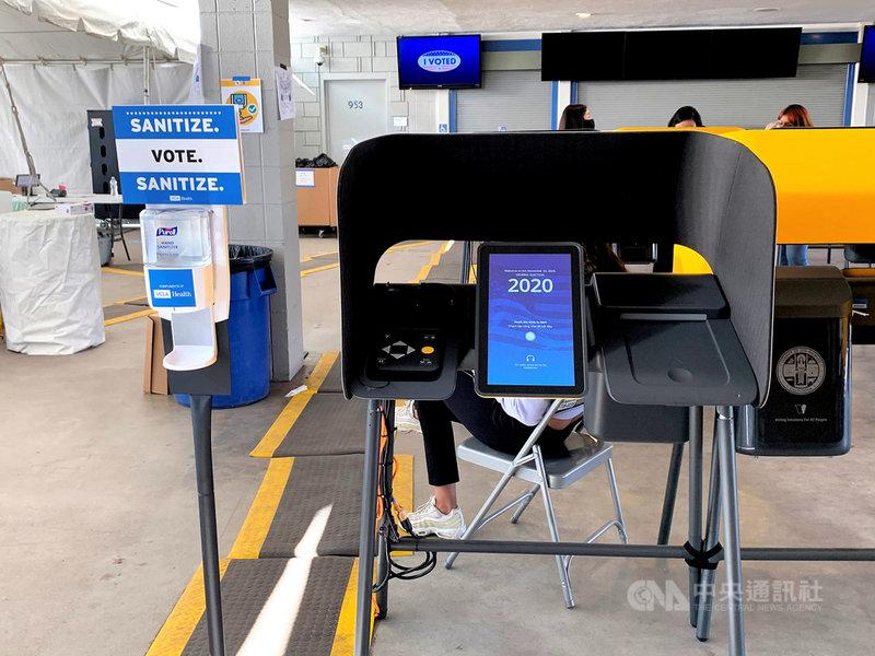 2020年美國大選,洛杉磯郡在職棒道奇球場設置投票所,圖為電子投票裝置與防疫用的手部消毒液。中央社記者林宏翰洛杉磯攝 109年11月1日