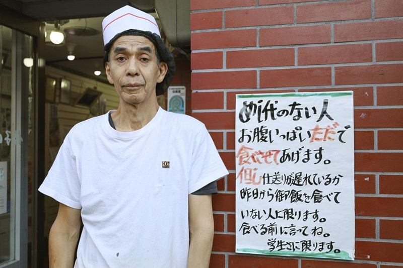 餃子的王將出町店10月31日最後一天營業,店長井上定博(圖)回憶40年過往表示,自己的料理可以讓客人的心也富足,讓他覺得自己作為是對的,也能用愉快心情迎接退休。(共同社)