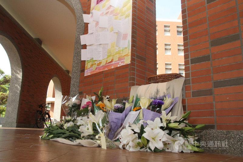 長榮大學馬來西亞籍女學生遭擄殺,校方展開各項檢討工作,並在校內設置追思牆,連日來有不少師生獻花、貼小卡片。中央社記者楊思瑞攝 109年11月2日