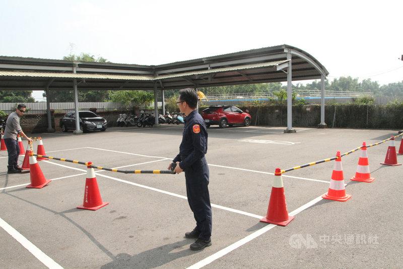 馬來西亞籍女大生在台灣遭擄殺,她的父母預計2日下午到台南市歸仁警分局招魂,警方在作案車輛周邊以三角錐圍起,盼減少對家屬的打擾。中央社記者楊思瑞攝  109年11月2日