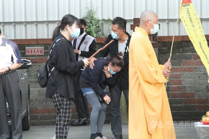 馬來西亞籍女大學生遭強擄殺害,女學生父母(後右、後右2)2日到台南歸仁警分局出席招魂儀式,女學生的母親全程止不住淚水。中央社記者楊思瑞攝 109年11月2日