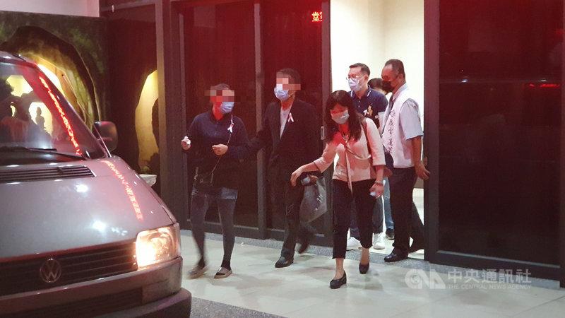 長榮大學遇害的馬來西亞籍女學生父母2日下午前往高雄市立殯儀館靈堂豎靈,進行約2小時儀式後,晚間搭乘防疫專車返回台南防疫旅館。中央社記者洪學廣攝 109年11月2日