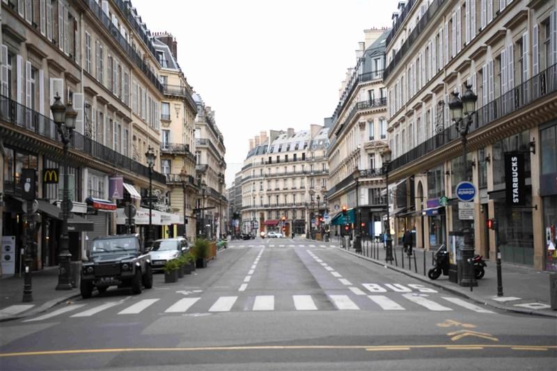 法國衛生部長維宏3日指出,首都巴黎每過30秒就有1人感染武漢肺炎。圖為巴黎市中心空蕩蕩的街頭。(中新社)