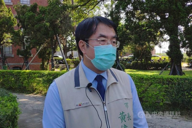長榮大學一名馬來西亞籍女學生日前遭強擄遇害,台南市長黃偉哲(圖)3日再度致歉,他表示,身為市長應負起完全責任。(中央社檔案照片)