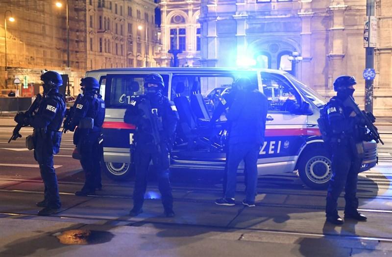 奧地利警方2日推文表示,維也納中區發生駁火事件,造成若干人受傷。圖為事發後奧地利警方於維也納國家歌劇院外巡邏。(法新社)