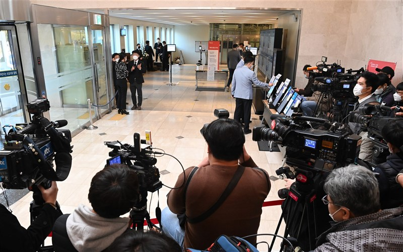 韓國政府表示,一名曾到已故三星會長李健熙葬禮採訪的記者確診武漢肺炎,由於多名政治人物當天也在場,可能造成多人染疫。圖為大批媒體記者在李健熙葬禮轉播。(韓聯社)
