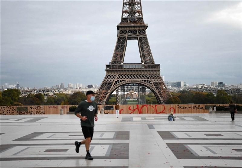 全球碳計畫11日表示,由於各國在疫情期間實施封城與流動限制,2020年全球的碳排量下降了7%,創下歷史新高。圖為10月30日民眾在巴黎艾菲爾鐵塔附近運動。(中新社)