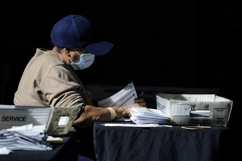 美國喬治亞州至6日開出99%選票,川普與拜登兩人得票率同為49.4%。喬治亞州州務卿拉芬斯伯格表示,喬治亞州將重新計算總統大選選票。圖為大選計票作業。(美聯社)