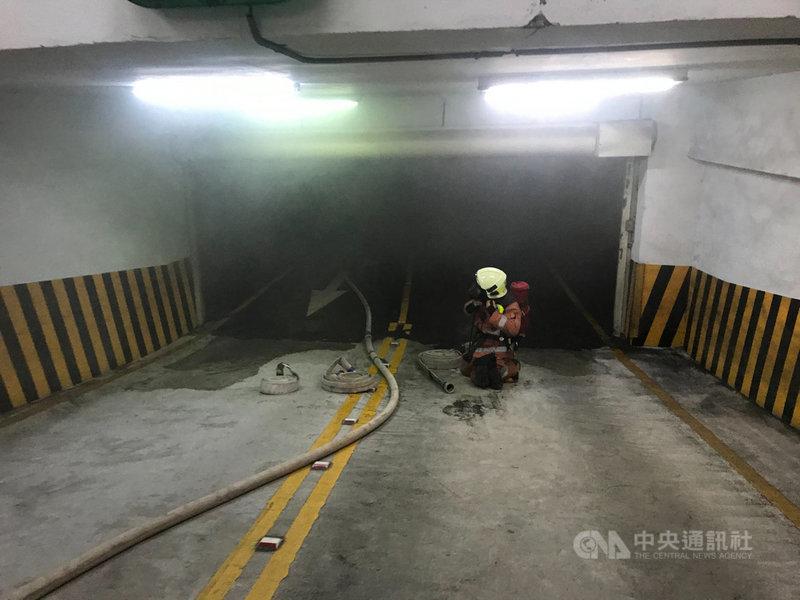 新竹市公道五路一處科技園區大樓的地下室,6日有一輛轎車在地下室起火燃燒,大樓內10多家公司近500名員工緊急疏散。(新竹市消防局提供)中央社記者魯鋼駿傳真  109年11月6日