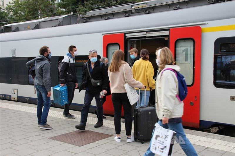 歐洲染疫致死人數截至台北時間7日零時在全球各大洲居第2高,達30萬688人。圖為10月16日比利時布魯塞爾一處主要火車站,乘客皆守規矩戴口罩。(中央社檔案照片)