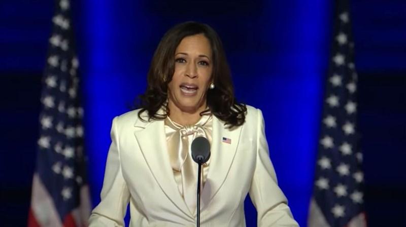 美國副總統當選人賀錦麗7日晚間發表激勵人心的勝選感言,亞非裔出身的她特別鼓勵女性勇敢逐夢,並說:「我也許會是第一個進入(白宮)辦公室的女性,但我不會是最後一個。」(圖取自Joe Biden YouTube頻道網頁youtube.com)