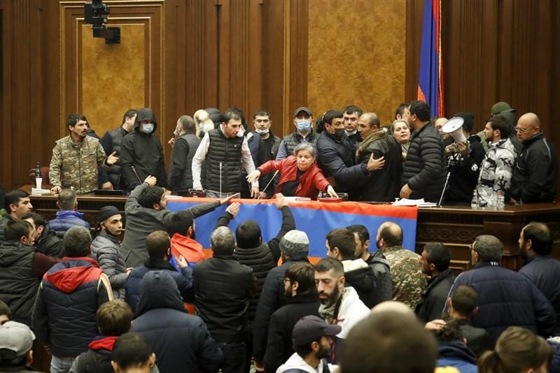 亞美尼亞、亞塞拜然與俄羅斯10日達成協議,同意終結爭議地區納戈爾諾.卡拉巴赫數週以來的激烈戰火,此舉引發亞美尼亞人不滿,憤怒的抗議群眾闖入首都葉里凡政府機關總部,奪下國會控制權,在議場內呼總理籲帕辛揚下台。(美聯社)