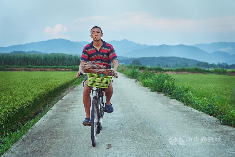韓國男星劉亞仁在電影「收屍人」中零台詞演出,他坦言,這次在演技上是全新挑戰,「收屍人」也是很新穎的作品,期待觀眾能以輕鬆心情觀賞,再以新觀點注意身邊人事物。(車庫娛樂提供)中央社記者王心妤傳真 109年11月10日