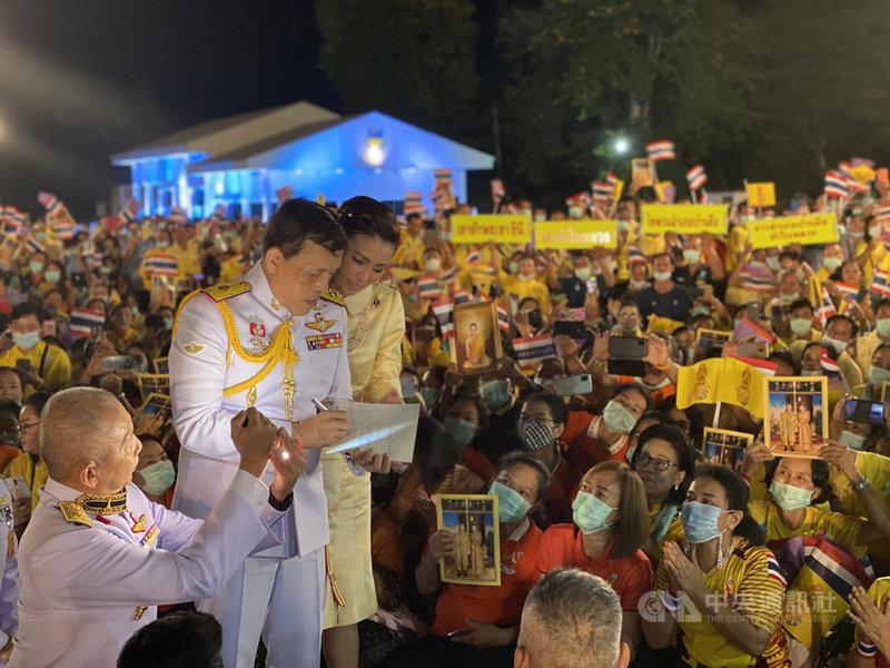 泰王瓦吉拉隆功10日在東北部的烏隆府出席活動,受到支持者熱烈歡迎。(泰國王室宮務處提供)中央社記者呂欣憓曼谷傳真 109年11月11日
