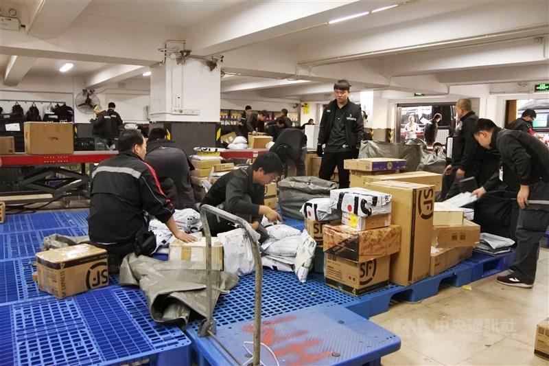 雙11購物節期間,中國大陸快遞量預計達10億件,雖有科技協助分貨揀貨,送貨人員仍不免增加工作量。圖為中國大陸順豐快遞的工作人員。(資料照片)中央社記者張淑伶上海攝 106年11月10日