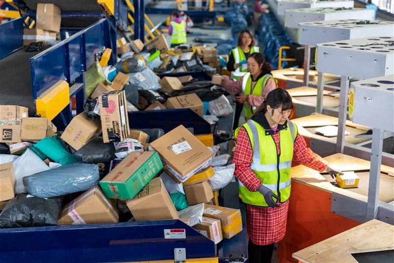 雙11購物潮湧現,10日江蘇省海安市商貿物流產業園內包裹數量大增。(中新社)