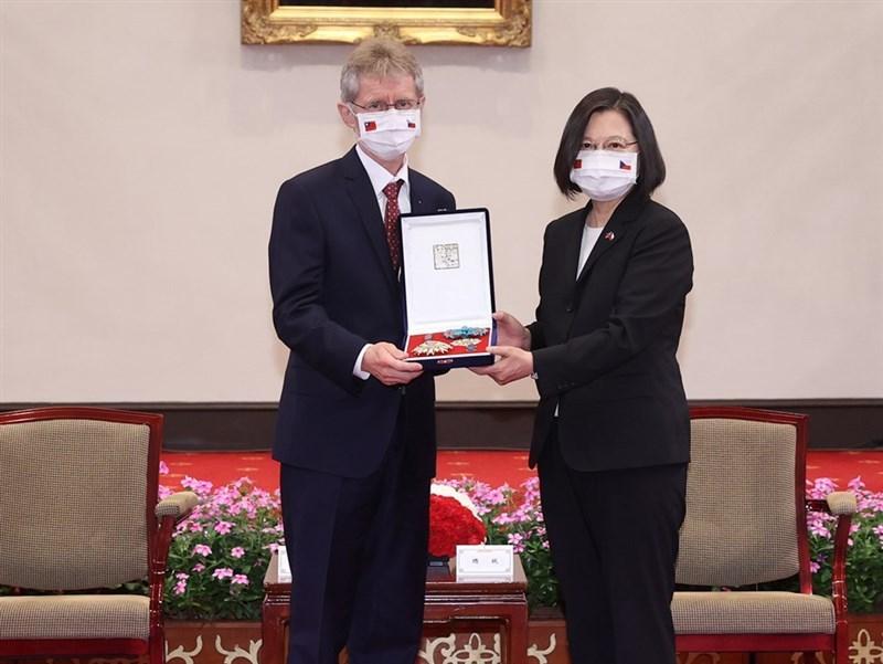 捷克參議院議長維特齊(左)訪台後,當地媒體近日披露,中共外宣組織聲稱維特齊接受台灣400萬美元好處。捷克的中國專家認為,這顯示中共對於未能阻止這次訪問深感挫折,事後意圖抹黑。圖為維特齊9月訪台會見總統蔡英文(右)。(中央社檔案照片)