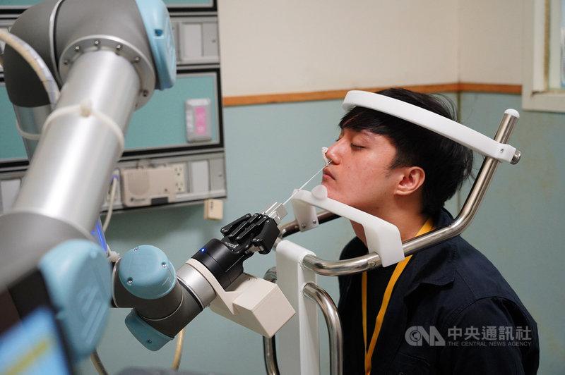 台灣業者研發「自動鼻咽採檢機器人」,9月獲得衛福部申請審查,在聯新國際醫院完成20例臨床試驗,未來盼能協助國內外大量採檢需求。(院方提供)中央社記者葉臻傳真 109年11月13日