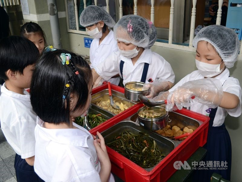 行政院長蘇貞昌14日表示,2021年起學校營養午餐全面採用國產食材,讓學生吃得健康、吃得安心。(中央社檔案照片)