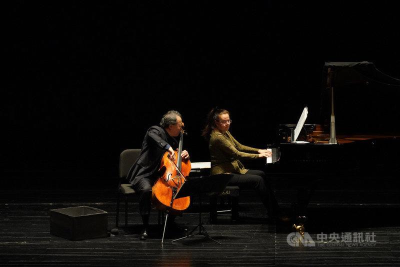 大提琴家馬友友(左)15日在台北國家音樂廳演出「大地之歌」音樂會後,隨即搭機離台,結束2個音樂會製作共5場音樂會行程。圖為在台中國家歌劇院的演出畫面。(牛耳提供)中央社記者趙靜瑜傳真 109年11月15日