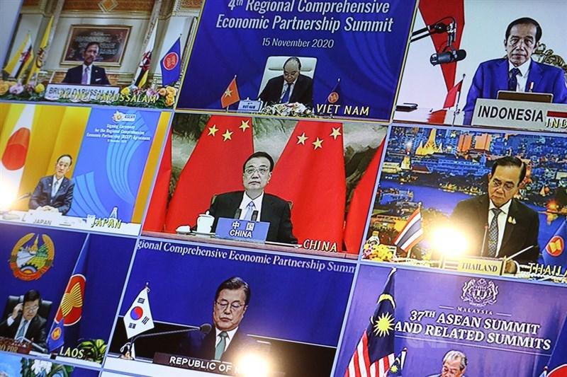 區域全面經濟夥伴協定(RCEP)一般認為由中國主導,圖為中國國務院總理李克強(中)15日上午以視訊方式出席第4屆RCEP峰會。中央社記者陳家倫河內攝 109年11月15日