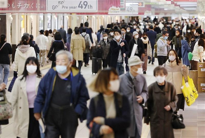 日本境內2019冠狀病毒疾病疫情延燒,病例數持續增加的北海道與大阪府,近一週每10萬人口新增病例數,已分別躍居一二位。圖為札幌市民眾。(共同社)