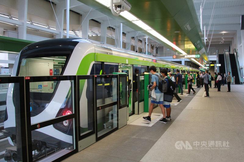 台中捷運綠線16日起試營運1個月,期間民眾持電子票證可免費搭乘,站內一早就有許多學生及民眾前來試乘。中央社記者蘇木春攝 109年11月16日